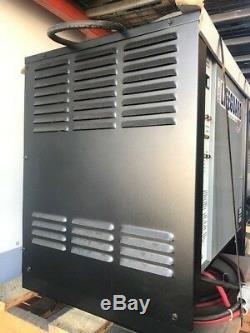 Chargeur De Batterie Hawker 12 Volts, 475 Amp. Heures, 208/240/480 Volts, 3 Phases 60 Hz
