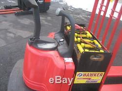 Chariot Élévateur Raymond 2003 # 112 Ride On Jack, 8000 # Cap. Fourche Avec Chargeur Et 12 '