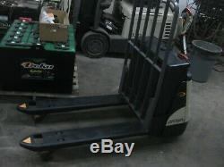 Crown Electric Wp2345 Pallet Jack = 48 Fourches, 4 500 Lb Cap, Batterie Et chargeur