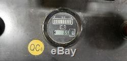 Le Chariot Élévateur À Fourche Big Joe Comprend Un Chargeur De Batterie