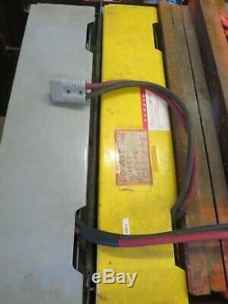 Yale 3000lb Cap. Chariot Élévateur Électrique De 10 Pieds Avec Chargeur De Batterie